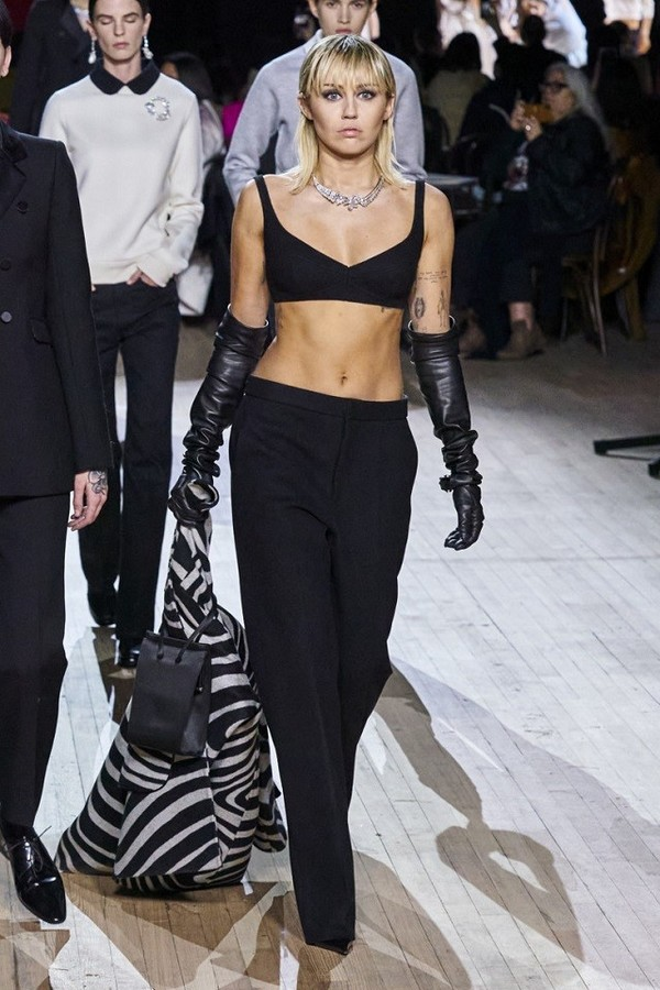 Jackie Kennedy, Miley Cyrus In Black Dressing, the new collection of Marc Jacobs